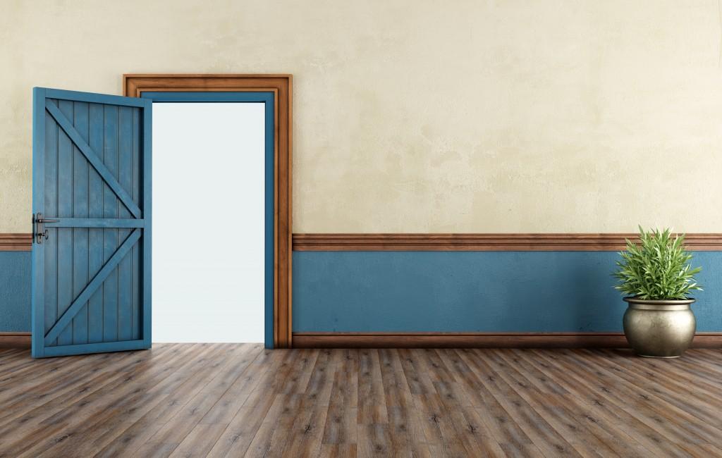Czym lakierować drzwi drewniane?